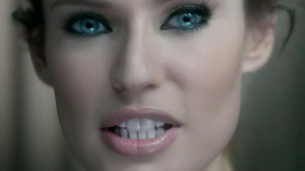 L'Oreal Paris Voluminous Butterfly Mascara TV Spot - Screenshot 3