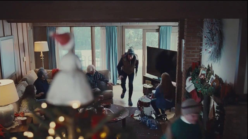 Netflix TV Spot, 'Holiday Tree Topper: The McDermott' - Screenshot 8