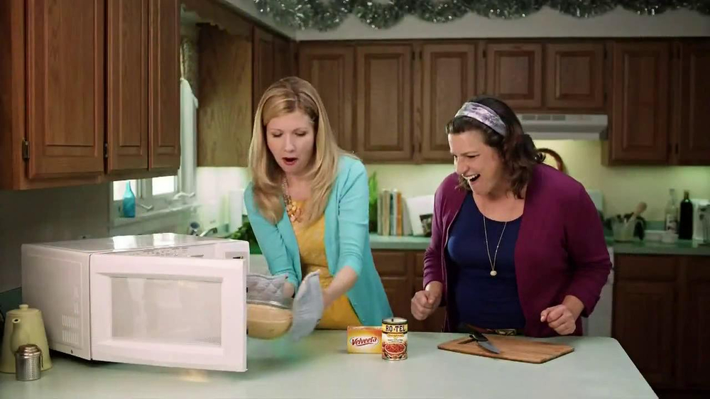 Velveeta and Ro-Tel Queso Dip TV Spot, 'Sharing' - Screenshot 9