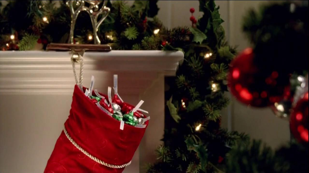 Hershey's Kisses TV Spot, 'Jingle Bells' - Screenshot 7
