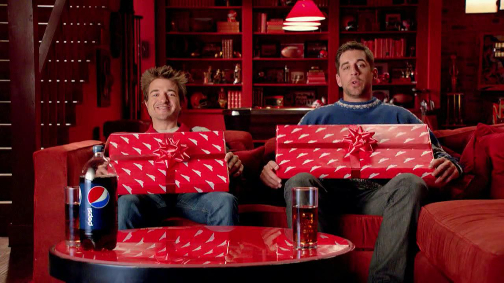 Pizza Hut Big Dinner Box TV Spot, 'One Up' Featuring Aaron Rodgers - Screenshot 2
