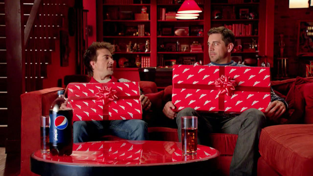Pizza Hut Big Dinner Box TV Spot, 'One Up' Featuring Aaron Rodgers - Screenshot 3