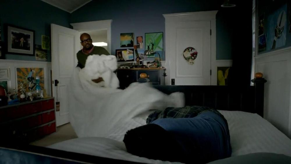2013 Buick Regal Turbo TV Spot, 'Sewing White Quilt' - Screenshot 3