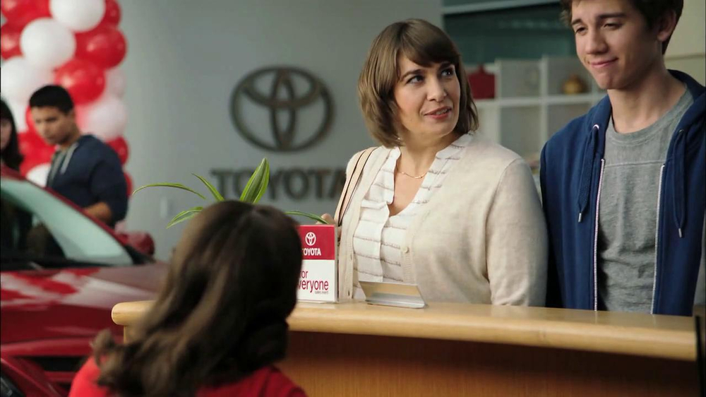 2013 Toyota Camry TV Spot, 'Hand-Me Downs' - Screenshot 2