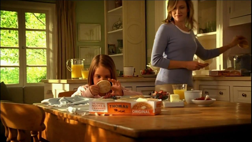 Thomas' TV Spot For Mother And Daughter English Muffins - Screenshot 2