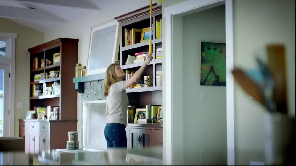 Swiffer 360 Duster Extender TV Spot, 'Book' - Screenshot 1