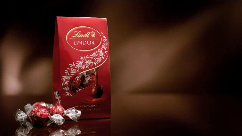 Lindt Lindor Truffles TV Spot, 'A Million Free Bags' - Screenshot 6