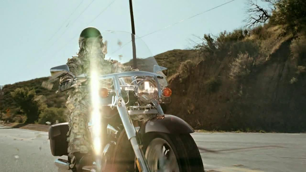 GEICO Motorcycle Money Man TV Spot, 'Driving Through' - Screenshot 1