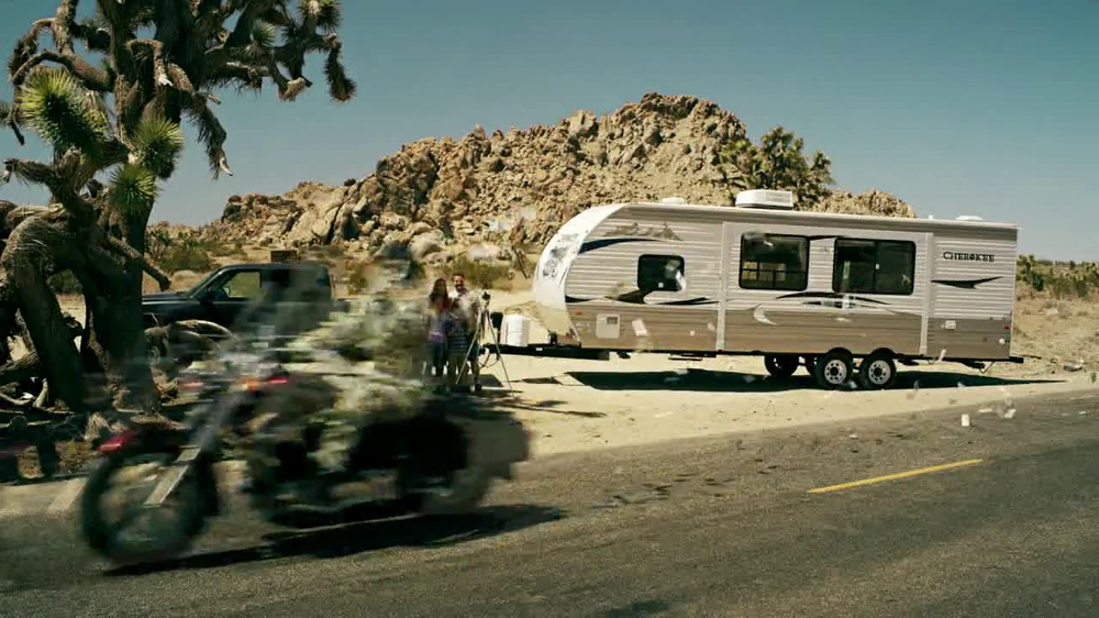 GEICO Motorcycle Money Man TV Spot, 'Driving Through' - Screenshot 4