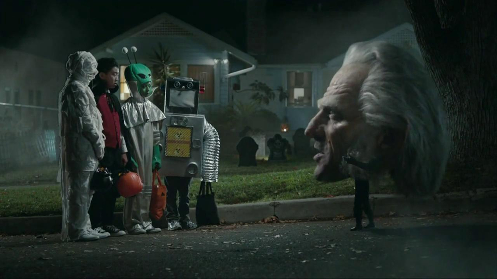 Snickers Halloween Satisfaction TV Spot, 'Horseless Headsman' - Screenshot 4