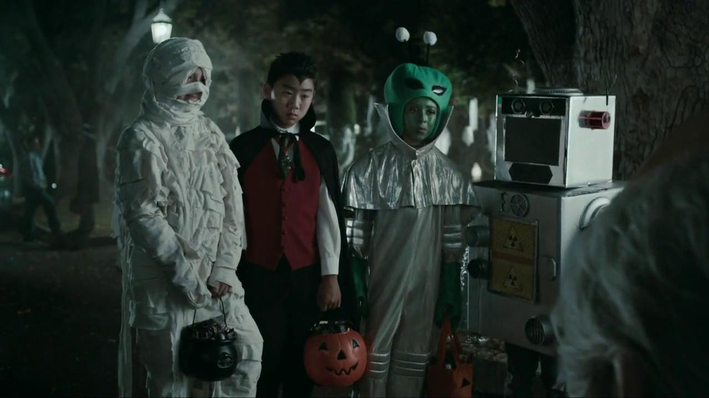 Snickers Halloween Satisfaction TV Spot, 'Horseless Headsman' - Screenshot 5