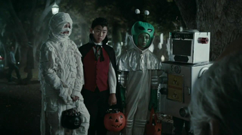 Snickers Halloween Satisfaction TV Spot, 'Horseless Headsman' - Thumbnail 5