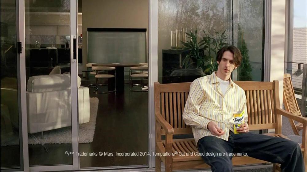 Temptations Cat Treats TV Spot, 'Off the Balcony' - Screenshot 1