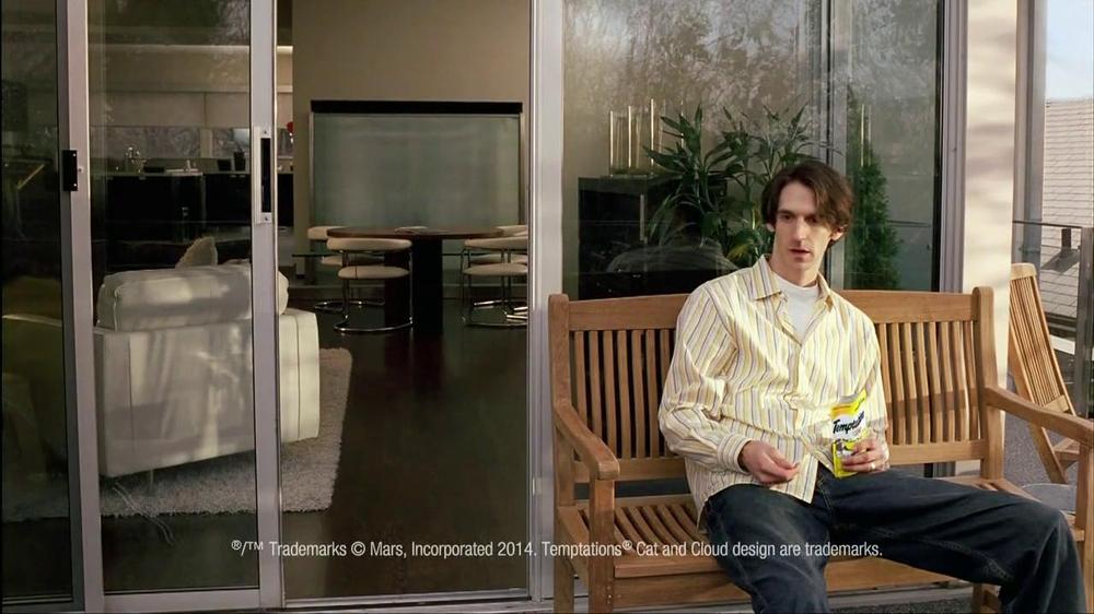 Temptations Cat Treats TV Spot, 'Off the Balcony' - Screenshot 2