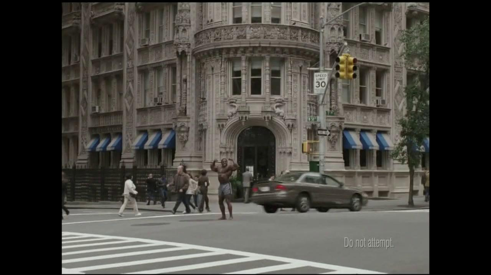 GEICO TV Spot, 'Bodybuilder Directing Traffic' - Screenshot 1