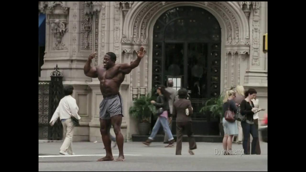 GEICO TV Spot, 'Bodybuilder Directing Traffic' - Screenshot 2