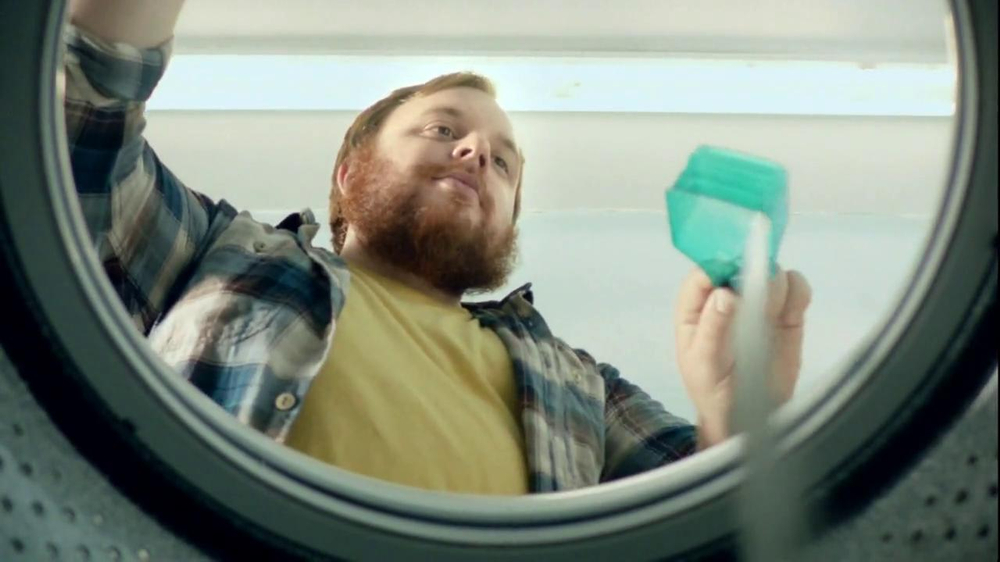 Gain Detergent TV Spot, 'Revolving Door' - Screenshot 3