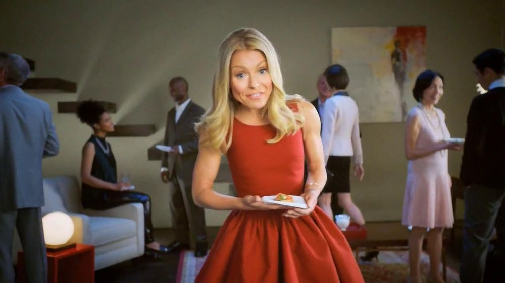 Colgate Total Adavanced Mouthwash TV Spot, 'Beach' Ft. Kelly Ripa - Screenshot 8