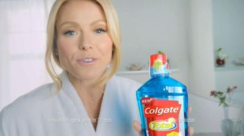 Colgate Total Adavanced Mouthwash TV Spot, 'Beach' Ft. Kelly Ripa - Thumbnail 3