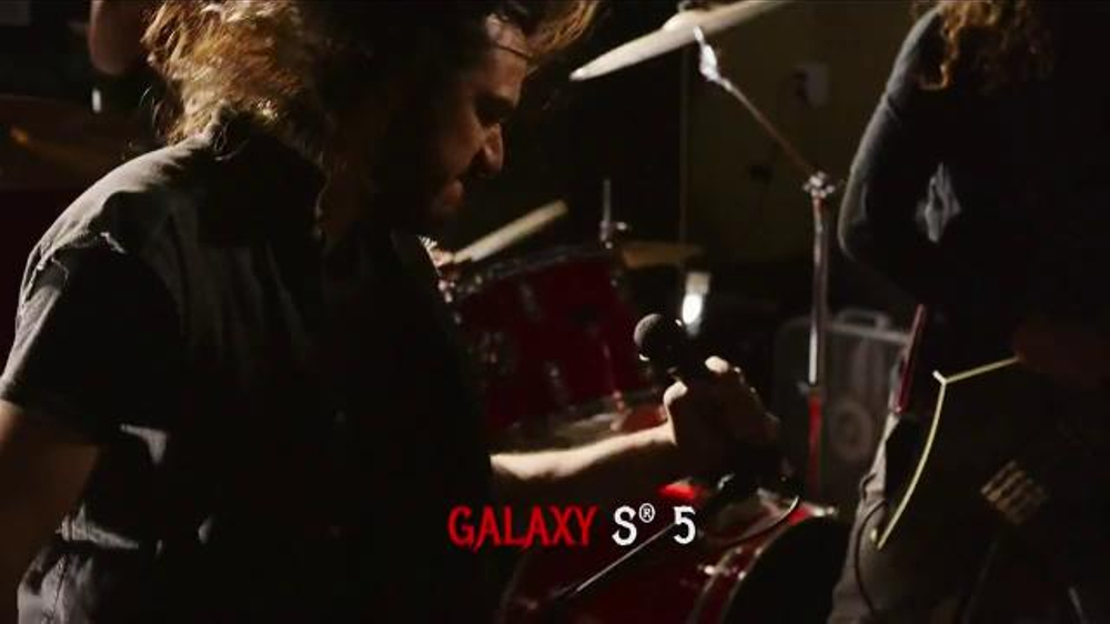 Virgin Mobile Galaxy S5 TV Spot, 'Metal Band' - Screenshot 5